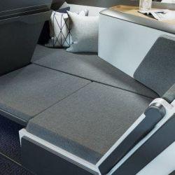 El asiento se extiende y el cuerpo puede estirarse de costado o, al menos, el pasajero puede estirar las piernas. El diseño es simple y pulcro.