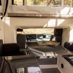 Ambos vehículos cuentan con un espacio interior razonablemente amplio, con capacidad para cuatro ocupantes.