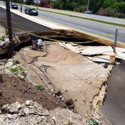 Un hundimiento del suelo ocasionó una grieta en la ruta que va del Playa del Carmen a Tulum, en México.
