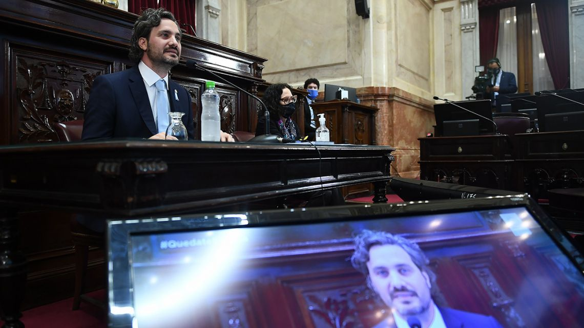 Santiago Cafiero prepares to begin his session before Congress.