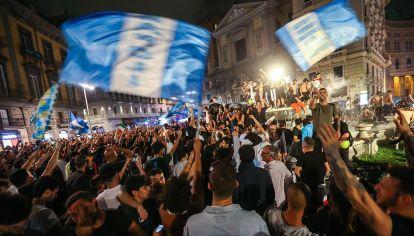 festejos de hinchas del Napoli al ganar la Coppa Italia 2020 derrotando a la Juventus,