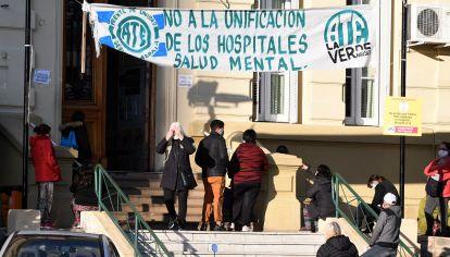 Desde el 20 de marzo, las pacientes externas no puede ingresar al hospital y la atención médica y terapéutica sólo se puede dar en el hall de entrada.