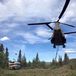 Con cuidado, la aeronave militar depositó al vehículo histórico sobre el suelo.