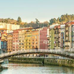 Sólo los argentinos vacunados con AstraZeneca o Sinopharm podrán ver en vivo al puente de Bilbao, uno de los atractivos que España pone a consideración del turismo internacional.