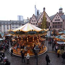 El Christmas market de Römerberg Square ofrece una visita inolvidable en Frankfurt.