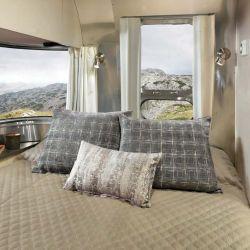 En lo que refiere al descanso, cada cama cuenta con un colchón de espuma viscoelástica con su juego de cama, almohadas y cortinas opacas.