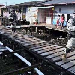 Soldados de la armada colombiana patrullan las calles de Tumaco, Colombia. - El miedo a la extorsión es un hecho cotidiano en Tumaco, un feudo del narcotráfico y uno de los lugares más peligrosos de Colombia.   Foto:Luis Robayo / AFP