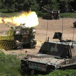 El tanque autopropulsado K-55 de un ejército surcoreano dispara en un campo de entrenamiento militar en la ciudad fronteriza de Paju.   Foto:YONHAP / AFP