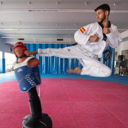 El medallista de bronce mundial de taekwondo español Daniel Quesada realiza una patada voladora durante una sesión de fotos a AFP en el Centro de Alto Rendimiento del Consejo Superior de Deportes en Madrid.   Foto:PIERRE-PHILIPPE MARCOU / AFP