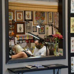 El propietario y artista Brody Longo tatúa a un cliente durante la reapertura de Slingin 'Ink Tattoo Parlor en Nueva Jersey. Después de un cierre de más de tres meses, el gobernador de Nueva Jersey, Phil Murphy, tiene un plan de reapertura en varias etapas establecido para negocios, oficinas y actividades en lugar de la desaceleración del brote de coronavirus.   Foto:Michael Loccisano / Getty Images / AFP