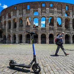 Una vista muestra scooters eléctricos compartidos estacionados frente al monumento del Coliseo en Roma, mientras el país alivia su bloqueo destinado a frenar la propagación de la infección por COVID-19, causada por el nuevo coronavirus. - Con la desconfianza y el buen clima, los scooters eléctricos compartidos de autoservicio han invadido las calles de Roma en los últimos días, una novedad en la Ciudad Eterna, que a su vez está descubriendo las alegrías y las molestias de las nuevas formas de movilidad.   Foto:Vincenzo Pinto / AFP