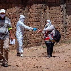 Marruecos informó un aumento récord de un día en nuevos casos de coronavirus después de que se descubriera un brote en plantas empacadoras de frutas rojas en una zona rural al noreste de la ciudad de Kenitra, lo que llevó a Rabat a endurecer las restricciones en la región.    Foto:FADEL SENNA / AFP