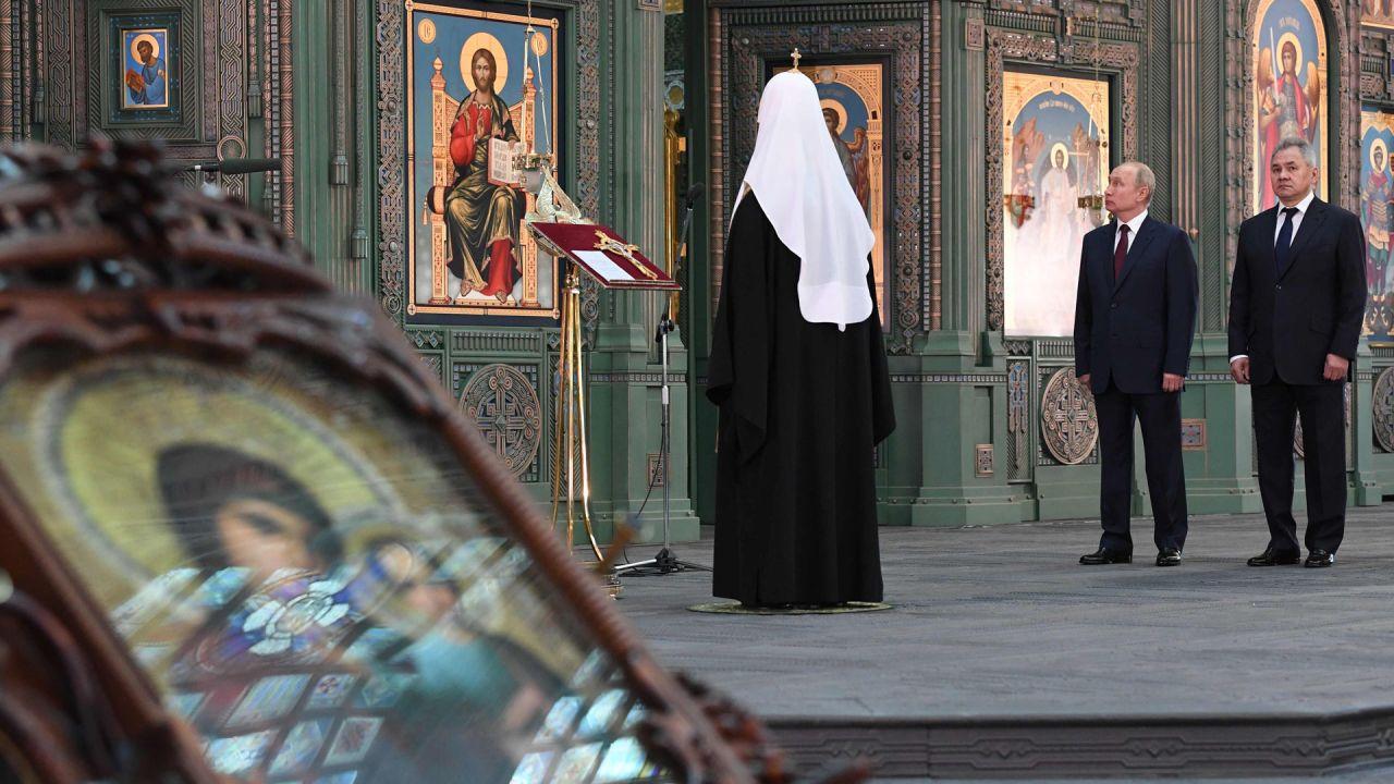 El presidente ruso, Vladimir Putin, acompañado por el patriarca ortodoxo Kirill y el ministro de Defensa Sergei Shoigu, visita la Catedral de las Fuerzas Armadas en un parque temático militar en las afueras de Moscú.   Foto:Alexey Nikolski / AFP