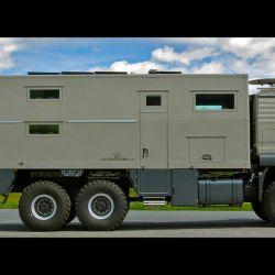 En el exterior cuenta con una plataforma en la parte trasera para transportar vehículos pequeños, como motos o bicicletas.