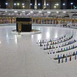 Una fotografía que muestra a algunos fieles realizando una oración de al-Fajr en la Kaaba, el santuario más sagrado del Islam, en el complejo de la Gran Mezquita en la ciudad sagrada de La Meca, Arabia Saudita. | Foto:STR / AFP