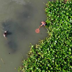Esta vista aérea muestra a los jóvenes pescando en el río Buriganga en Dhaka.   Foto:MUNIR UZ ZAMAN / AFP