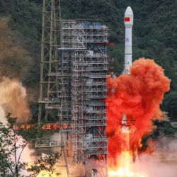 Un cohete Long March 3B que transporta el satélite Beidou-3GEO3 despega del Centro de Lanzamiento de Satélites Xichang en Xichang, en la provincia de Sichuan, suroeste de China. | Foto:STR / AFP