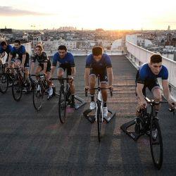 Los pilotos del equipo francés de ciclismo electrónico Punchers Club hacen ejercicio con entrenadores locales durante una sesión de entrenamiento, en París antes de participar en un Tour de Francia virtual en julio.   Foto:Anne-Christine Poujoulat / AFP)