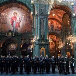 Los cosacos y militares rusos asisten a un servicio en la Catedral de las Fuerzas Armadas en un parque temático militar en las afueras de Moscú.   Foto:Kirill Kudryavtsev / AFP