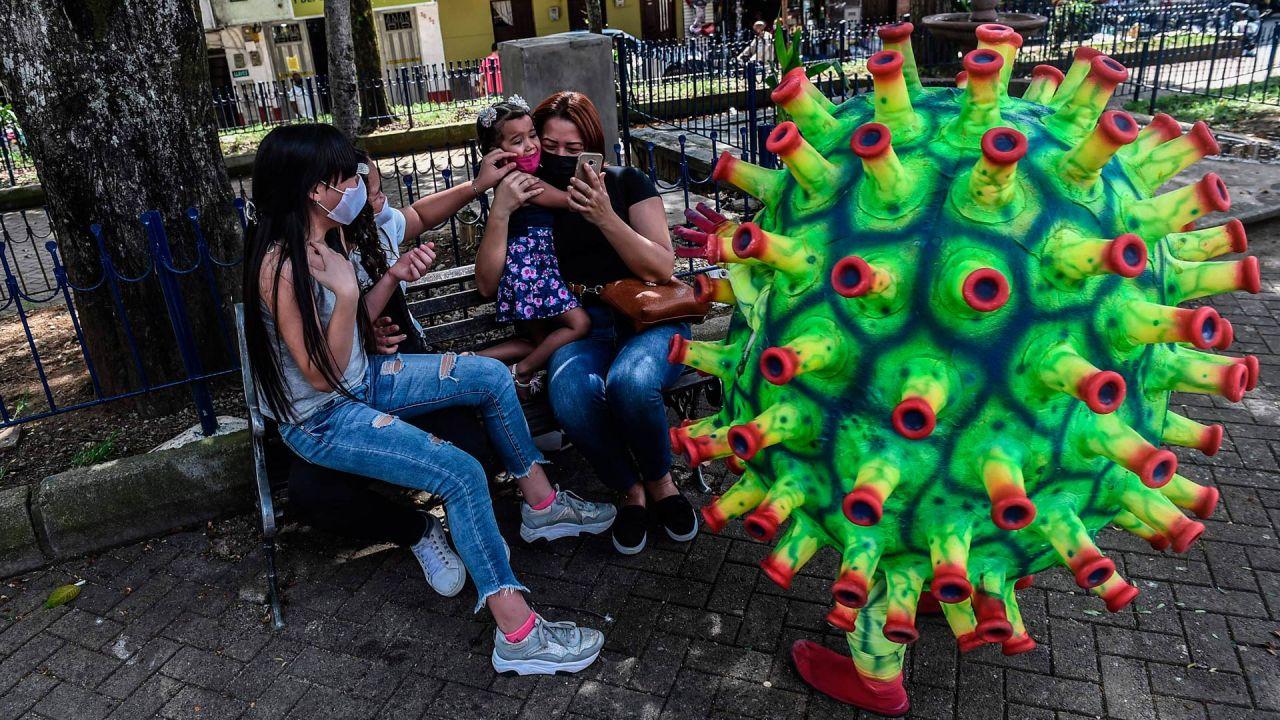 Un artista se disfraza de coronavirus, como parte de una campaña de concientización para detener la propagación del coronavirus COVID-19, en Medellín. | Foto:JOAQUIN SARMIENTO / AFP