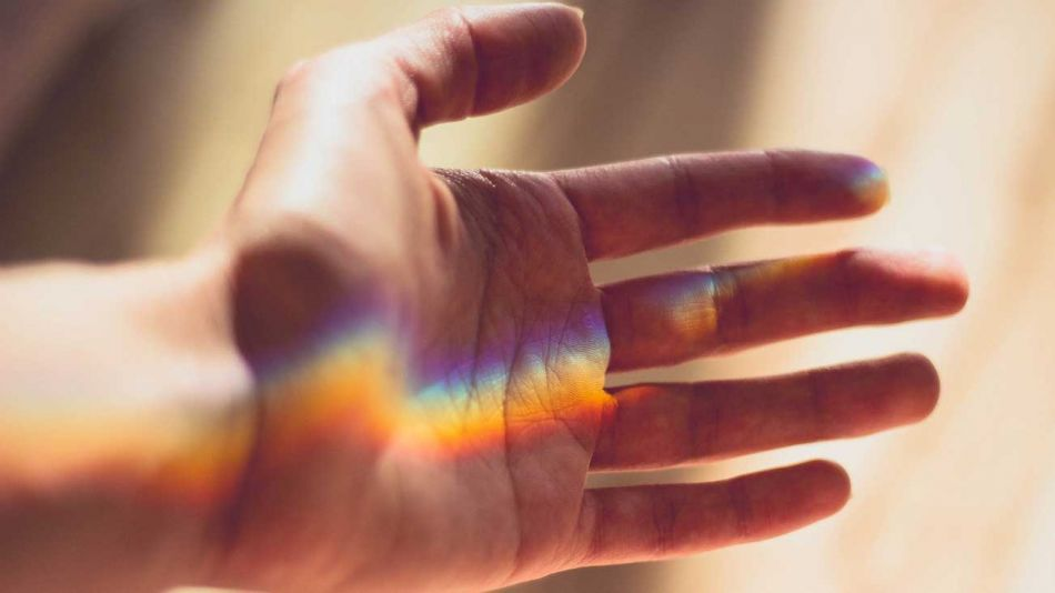 ayuda-voluntariado-mano-arcoiris-Pixabay