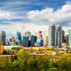 La ciudad de Calgary, en Canadá, le debe su rápido crecimiento a su condición de centro de la industria petrolera de Canadá y hay una gran oferta de vuelo para ir a conocerla.