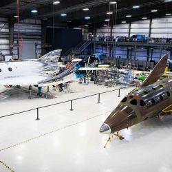 Virgin Galactic solo cuenta con el SpaceShipTwo, un avión espacial suborbital incapaz de llegar a la Estación Espacial Internacional.