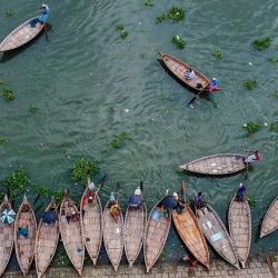 Esta vista aérea muestra a barqueros esperando pasajeros en las orillas del río Buriganga en Dacca. | Foto:MUNIR UZ ZAMAN / AFP