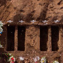 Vista aérea que muestra el entierro de una víctima de COVID-19 en el Cementerio General de Santiago,en medio de la nueva pandemia de coronavirus. | Foto:MARTIN BERNETTI / AFP