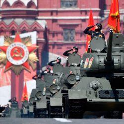Los tanques T-34 soviéticos de la Segunda Guerra Mundial se mueven a través de la Plaza Roja durante un desfile militar, que marca el 75 aniversario de la victoria soviética sobre la Alemania nazi en la Segunda Guerra Mundial, en Moscú. | Foto:Alexander Nemenov / AFP
