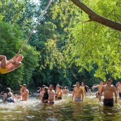 Los buscadores de sol se refrescan en el agua y toman el sol en la orilla del río en las marismas de Hackney en el este de Londres, ya que las temperaturas alcanzaron los 31 grados C. | Foto:Tolga Akmen / AFP