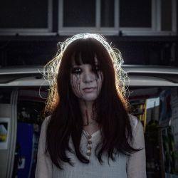 Una actriz de casa encantada Haruna Suzuki, de 20 años, posando para una foto antes de una entrevista con AFP en un garaje en Tokio. - Suena la bocina de un automóvil y comienza el horror: un asesinato sangriento y zombis furiosos. Pero esta casa encantada en Japón protege contra el enemigo más aterrador de todos: el coronavirus. Dentro de un automóvil, los invitados pueden gritar tan fuerte como quieran, sin necesidad de una máscara, mientras criaturas horribles embadurnadas de sangre se precipitan hacia ellos. | Foto:Philip Fong / AFP