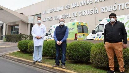 Javier Melis, Subdirector del Hospital de Traumas de Malvinas Argentinas, el senador provincial Luis Vivona, impulsor del proyecto de donación de plasma, y Carlos Arapa, un recuperado por el tratamiento.