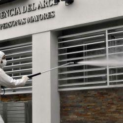 Buenos Aires: Desalojo en geriátrico, La residencia Del Arce ya que se detectaron 45 casos de covid-19 los y las pacientes fueron trasladados de acuerdo a su cobertura médica y necesidades de atención. | Foto:Télam