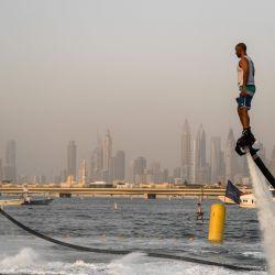 Los atletas realizan acrobacias de agua el primer día del festival de deportes acuáticos de Dubai, organizado por el Dubai International Marine Club. | Foto:KARIM SAHIB / AFP