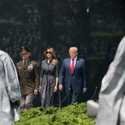 El presidente de los Estados Unidos, Donald Trump, y la primera dama Melania Trump visitan el Memorial de los Veteranos de la Guerra de Corea en Washington. | Foto:MANDEL NGAN / AFP