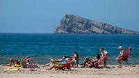 Los españoles vuelven a las playas tras el confinamiento