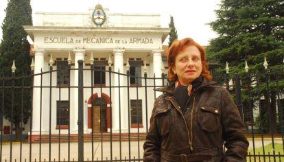 MIRIAM LEWIN EN LA PUERTA DE LA ESMA.