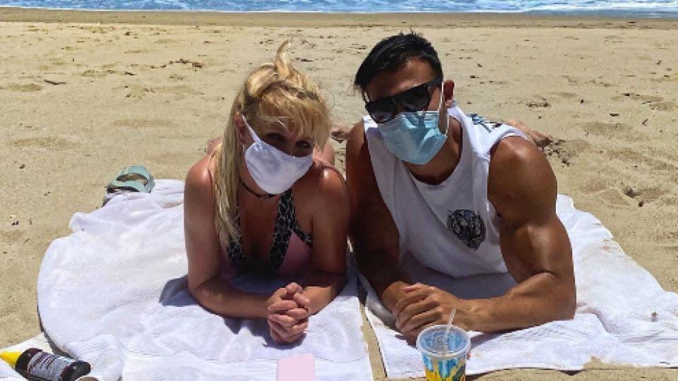Britney Spears de vacaciones: bikini y barbijo, junto a su amor