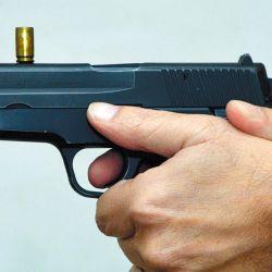 El control del arma durante los disparos efectuados en doble acción presenta cierta dificultad para muchos usuarios. Una forma sencilla y útil de entrenarla es tratando de mantener una vaina sobre el arma al oprimir la cola del disparador.