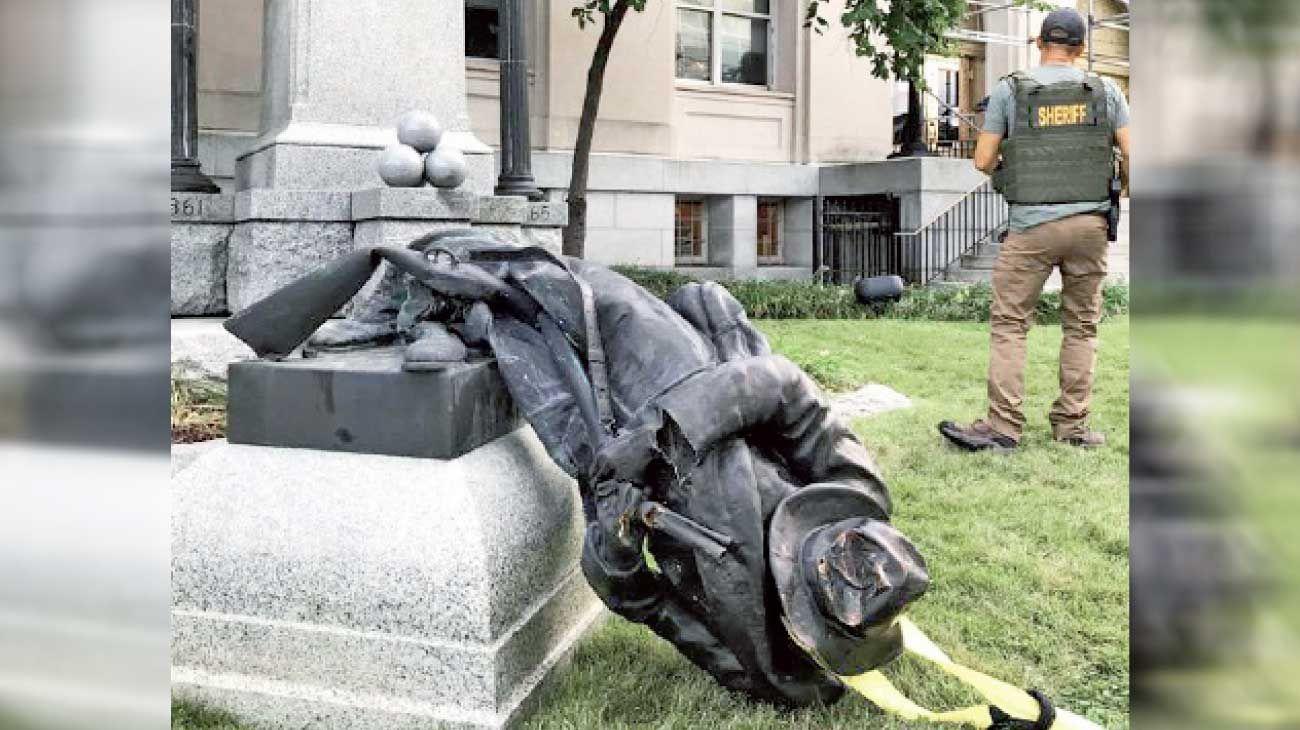 Durham. Manifestantes abatieron una estatua a los soldados confederados en Durham, EE.UU.