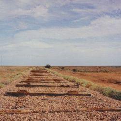 El terraplén es parte de la Ruta del Patrimonio Ferroviario Old Ghan de 1050 km de Australia, que conecta Adelaide y Alice Springs.