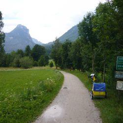 en Austria el cierre deEl ferrocarril entre Bad Ischl y Salzburgo generó en parte de su antiguo trazado la ruta ciclista de Salzkammergut-Lokalbahn de 345 km.
