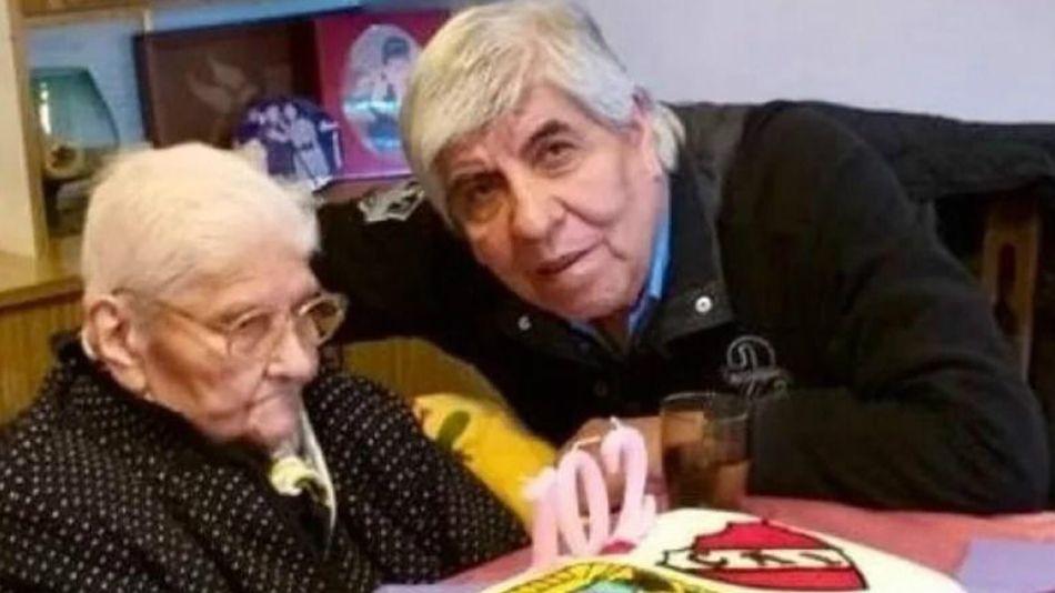 Celina Carrizo, junto a su hijo Hugo Moyano.
