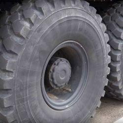 Los neumáticos son de origen militar y cada uno pesa 272 kilos.