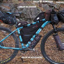 Equipo de bickepacking completo, con menor carga por bolso (40 litros totales).