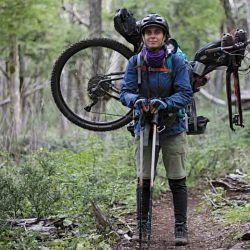 Hoy en día se pueden realizar cosas impensadas, como llevar una bici en la espalda durante algunos kilómetros.