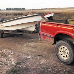 Acomodando la camioneta y el tráiler para bajar sin problemas el bote.
