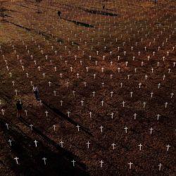 Vista aérea tomada durante una protesta contra el presidente brasileño Jair Bolsonaro y en honor a las personas que murieron por COVID-19 en las que se colocaron 1000 cruces frente al Congreso Nacional en Brasilia, en medio de la nueva pandemia de coronavirus. | Foto:Sergio Lima / AFP