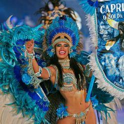 Una bailarina actúa durante una transmisión en vivo en reemplazo del tradicional festival de folklore Boi-Bumba, cancelado en medio de la nueva pandemia de coronavirus en Parintins, estado de Amazonas, Brasil. | Foto:MICHAEL DANTAS / AFP
